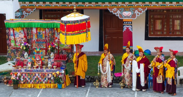 Religion. Cham Dance. Masked and costumed mystery dance of Tantric Buddhism. Begining the ceremony. Sikkim. Сикким. Начало сакральной костюмированной церемонии Цам Тантрического буддизма. Дхармапалы, бодхиcатвы, ваджраяна