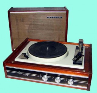 Электрофоны. представляли собой комбинацию трёх устройств в одном корпусе (изредка в двух-трёх) - электропривод...