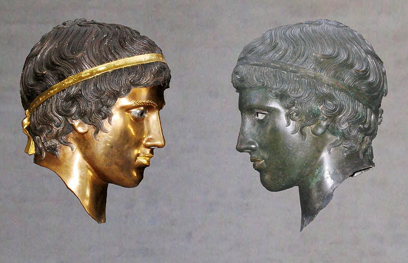 800px-Bronze_head_(Glyptothek_Munich_457)_with_and_without_patina_Bunte_Götter_exhibition