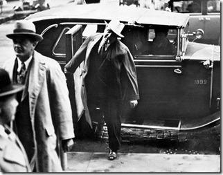 Оставив школу, Капоне за два года сменил не одну профессию