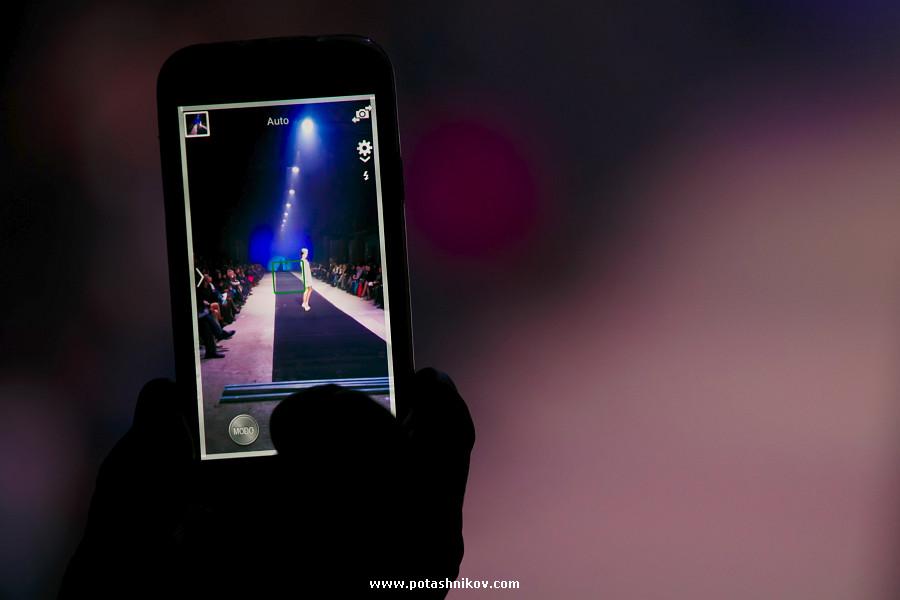Фотографии с показа Юлии Латушкиной. Синева по-белоруски в минус 10 градусов ниже нуля. Фотограф Павел Поташников