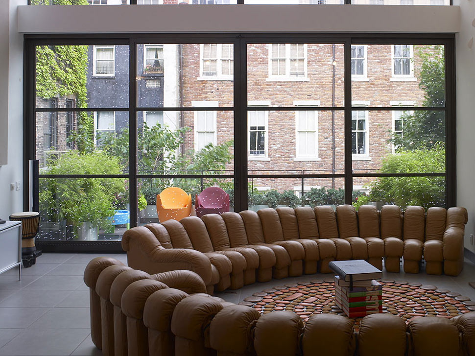 Townhouse-Renovation-Gramercy-Park-New-York-Living-Space-Brown-Sofas