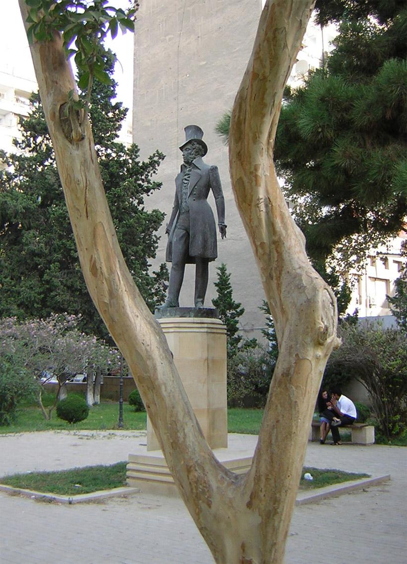 картинками памятник пушкину в баку фото блондинка позирует полностью