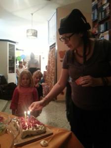 20131121_185306 лелин др я зажигаю свечи на торте