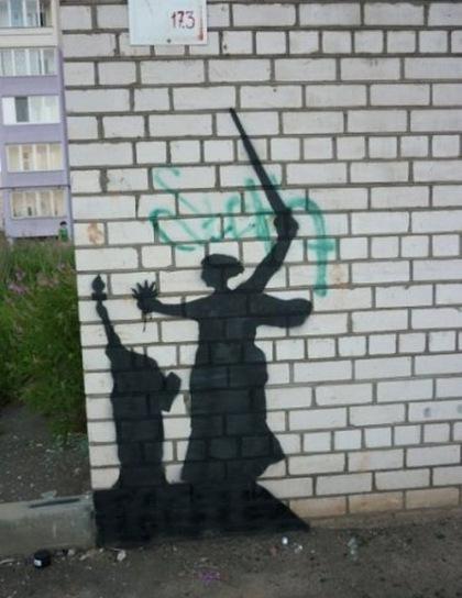 Родина мать, Мамаев курган, Волгоград, Сталинград, Граффити в Волгограде, родина мать против статуи свободы, Статуя свободы
