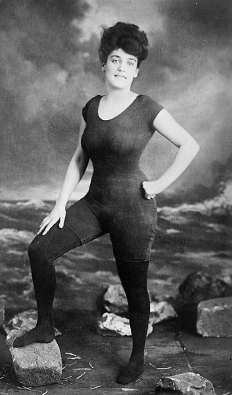 Пионер в области женских купальных костюмов австралийка Аннет Келлерман изобрела синхронное плавание. Она была арестована за непристойное ношение купального костюма на пляже недалеко от Бостона в 1907 году, Этот костюм без пуговиц и воротника стал первым разрешённым обществом купальником