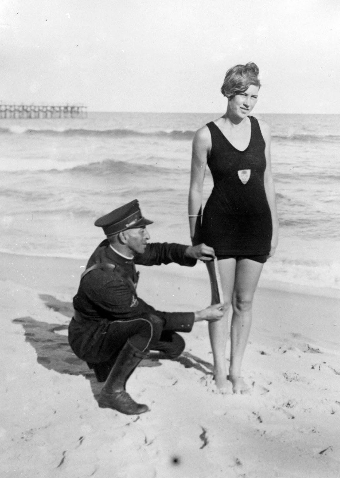 Измерение разрешённой цензурой длины купального костюма на Палм-Бич, 1925 год