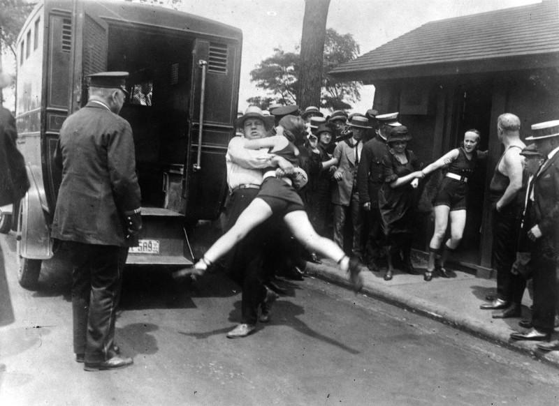 В Чикаго арестовывают женщину за нарушение указа Чикаго, запрещающего «сокращенные купальные костюмы» на пляжах. 1922 г.