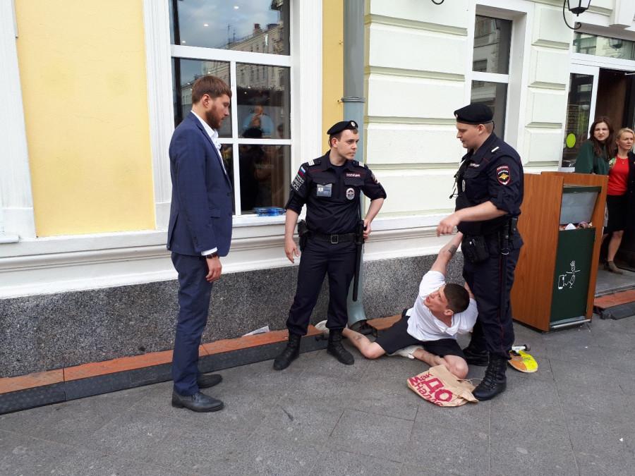 Менты жестко задержали пьяного пацана в Москве