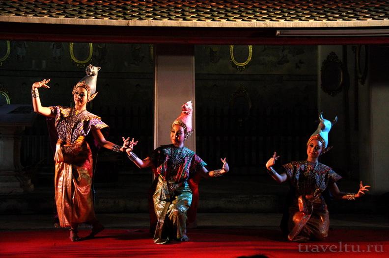 Тайские танцы. Три женщины танцуют