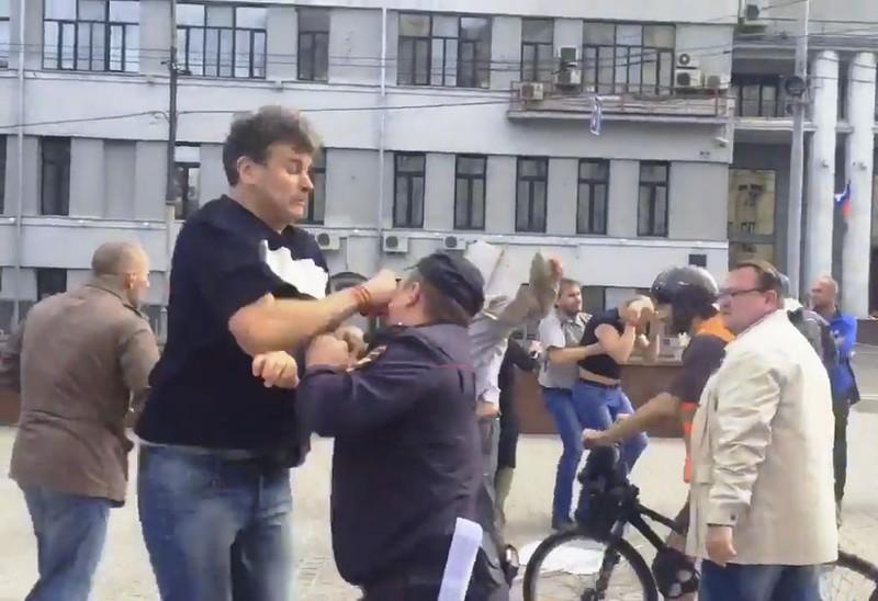 Напавшего на полицейского зовут Игорь Бекетов, он называет себя Гоша Тарасевич