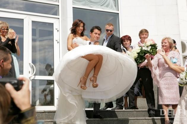 знакомых свадьбы уехать сонник со
