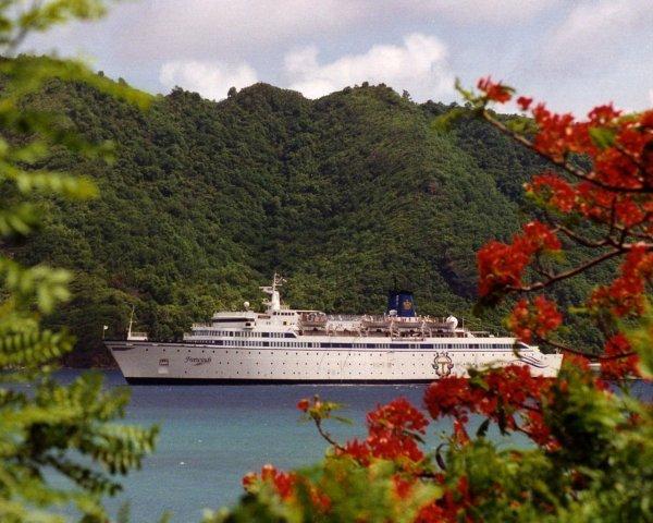 Корабль Фривиндс (Freewinds) рядом с одним из Карибских островов