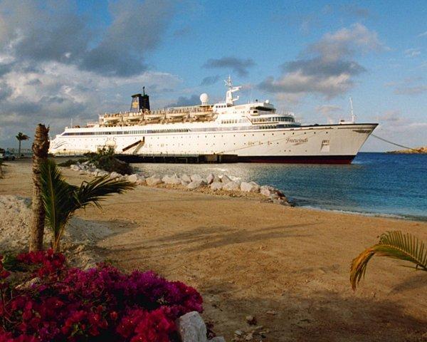Корабль Фривиндс (Freewinds) у песчаного берега