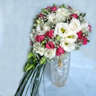 свадебный букет из розовых роз и белой эустомы