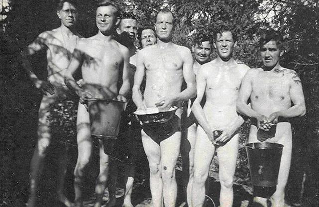 Немецкие солдаты собирают орехи в лесу