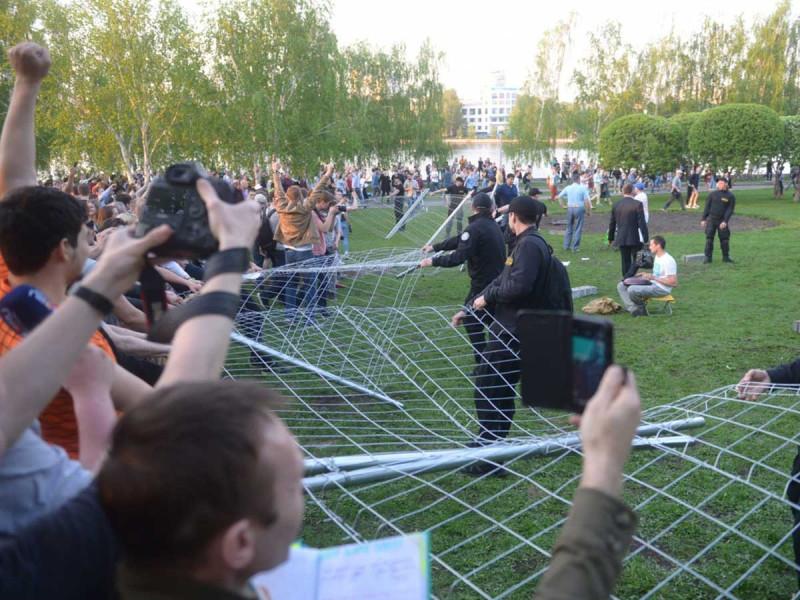 Протест в Екатеринбурге и забор.