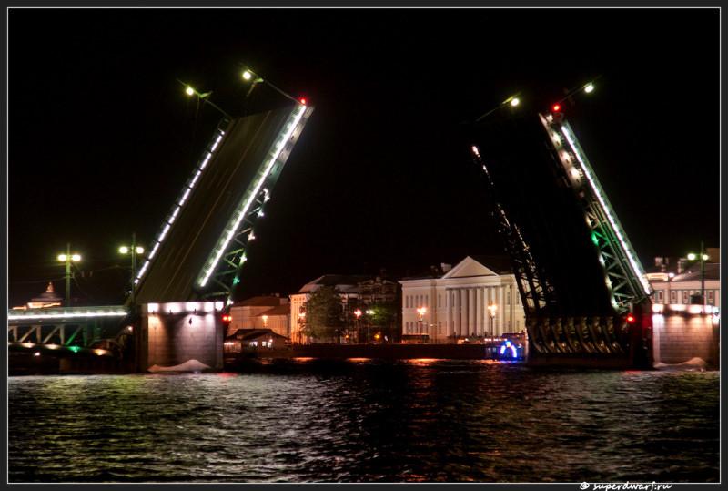 Дворцовый мост вблизи
