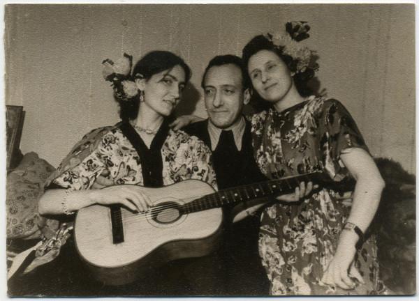 Марго с гитарой