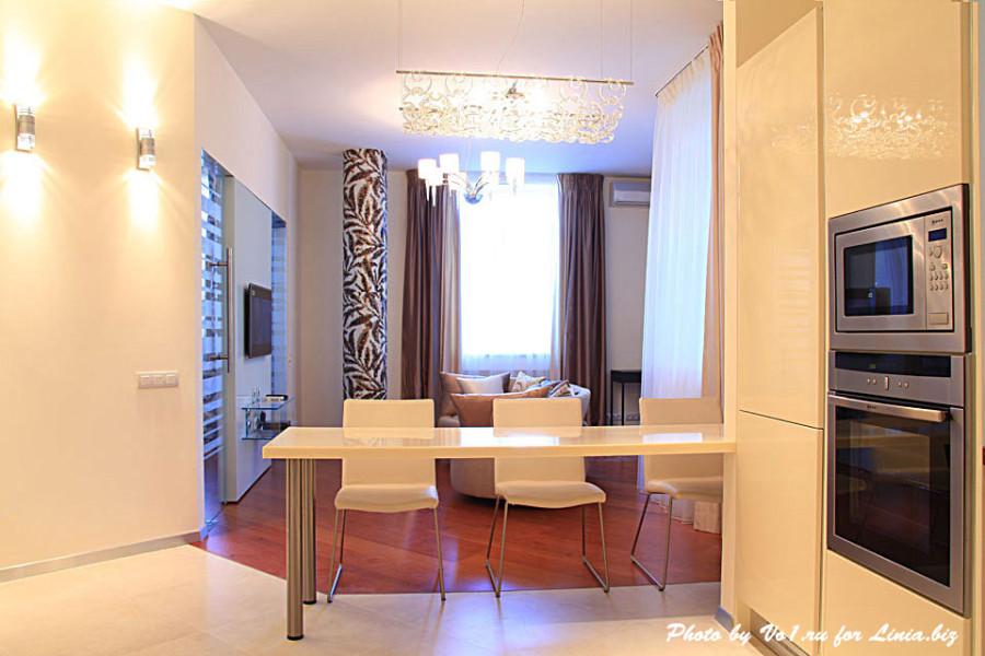 Вид на гостиную через зону столовую