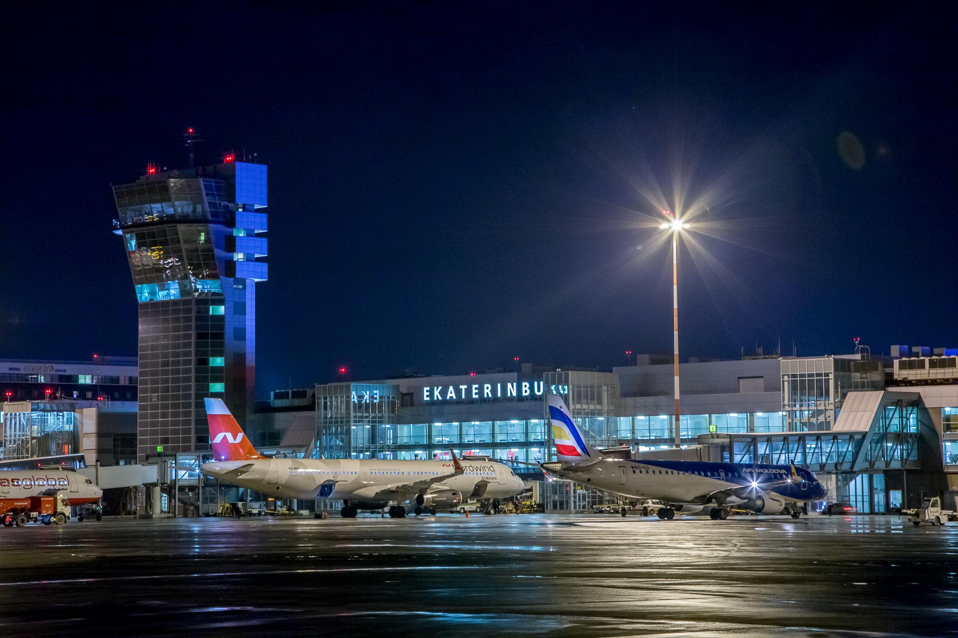Ночной аэропорт.