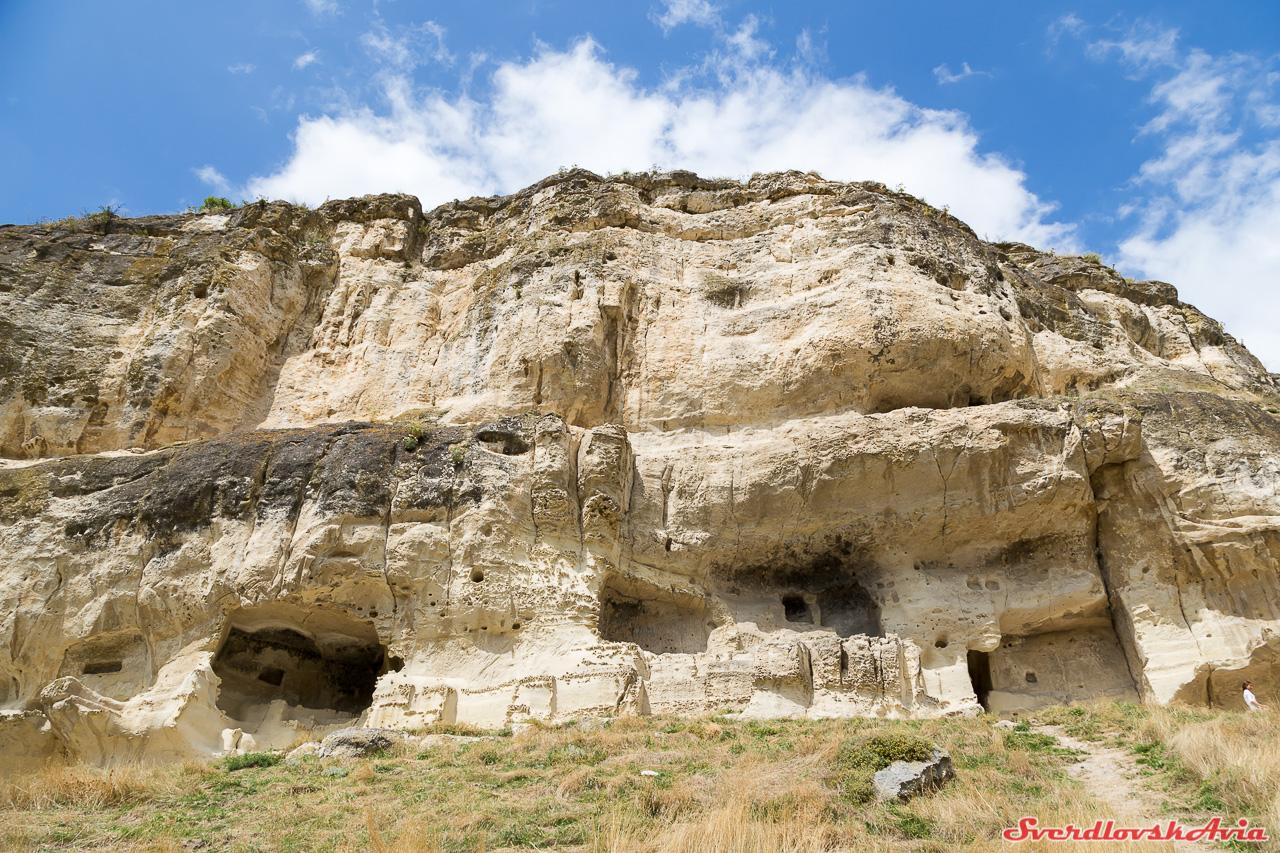 Пещерный город Чуфут-Кале. ЧуфутКале, город, пещерный, крепость, плато, стала, долине, караимов, Возле, пещер, крепостная, практически, Древняя, оборонительные, стена, города, скалы, опустела, расположен, недалеко