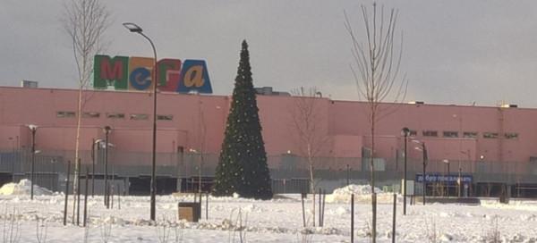 елка перед Мега-Дыбенко 15.04.17