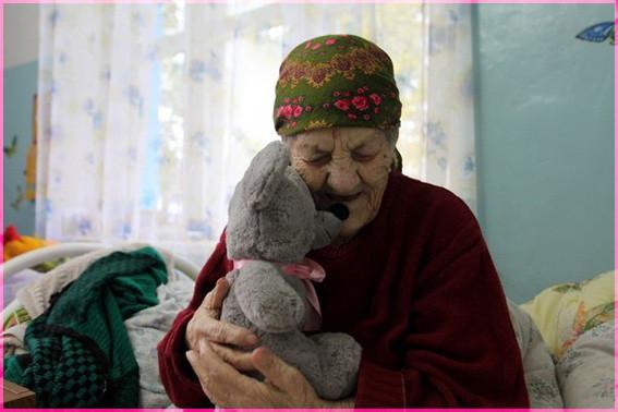 Бабушка с игрушкой
