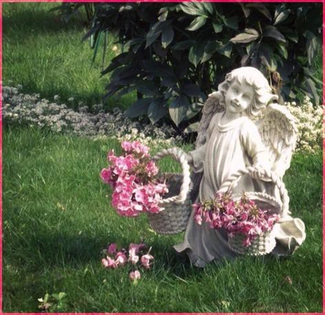 С корзинками цветов