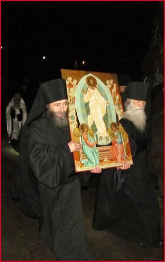 С иконой Воскресения