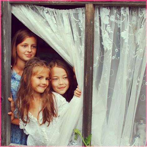 Три сестрицы у окна