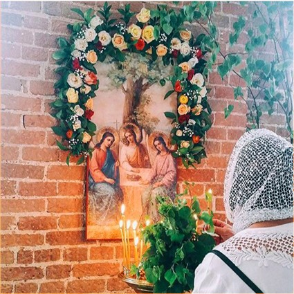 У иконы Святой Троицы