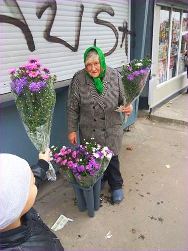 Бабушка с букетами