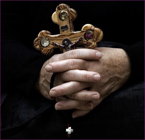 С крестом в руках