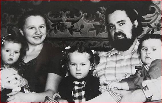 Прот Фоадор Соколой с матушкой Галиной и детьми