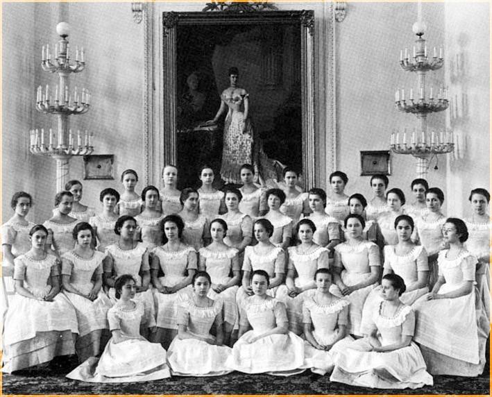Последний выпуск воспитанниц Смольного института 1917 год
