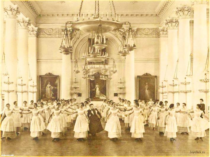 Воспитанницы Смольного института на уроке танцев