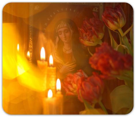 Свечи у иконы Божией Матери 1