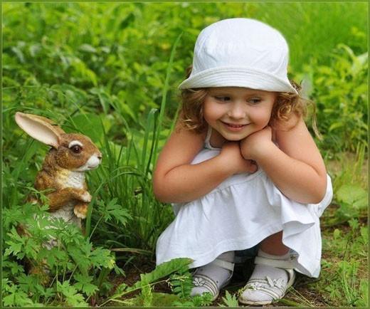 Девочка и зайчик