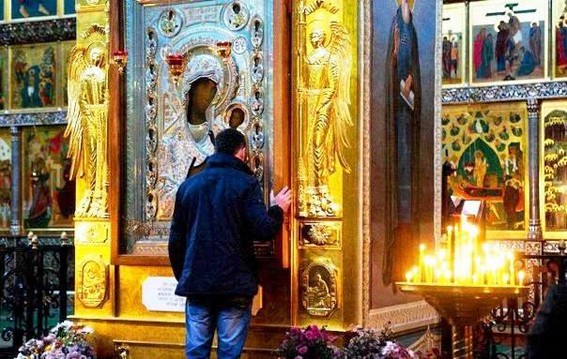 У иконы Пресвятой Богородицы