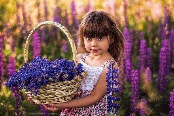 С корзинкой цветов