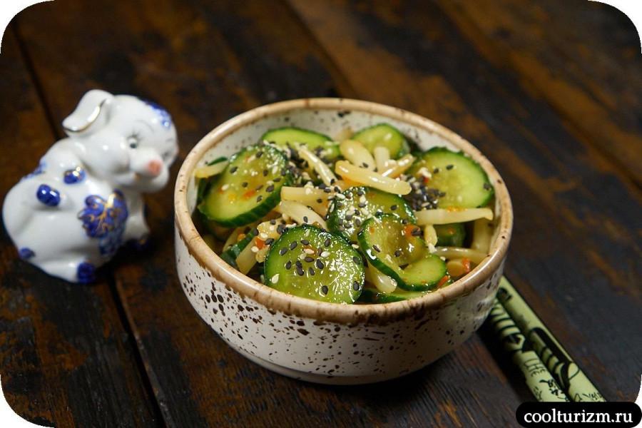 Салат из корней колокольчиков и огурцов