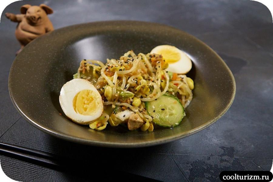 Салат с проростками и кимчи