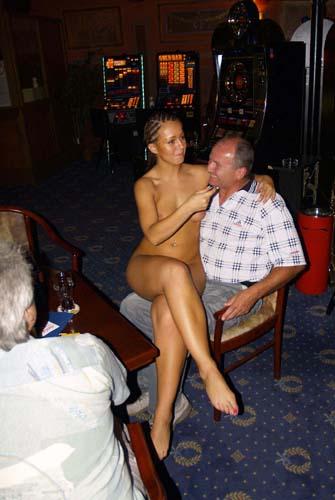 голая девушка в компании одетых парней