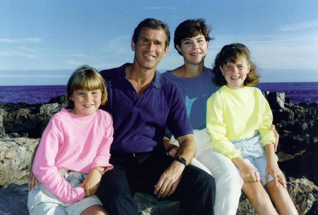 Последние дни американской империи 1280px-Bush_daughters