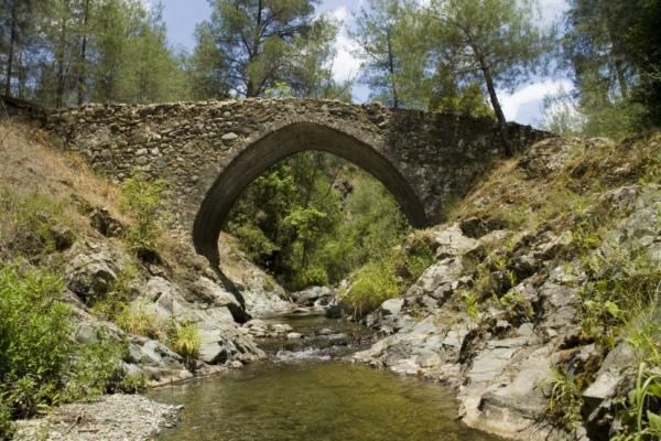 Средневековый мост в горах Кипра.