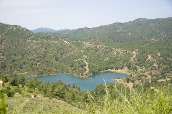 Водохранилище в горах Кипра.