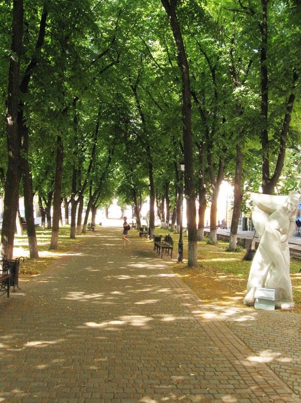 1 апреля 2009 года в Полтаве была открыта аллея со скульптурами персонажей  произведений Н.В.Гоголя. По стилистике все это напоминает херсонский проект  « ... f7169173dd8
