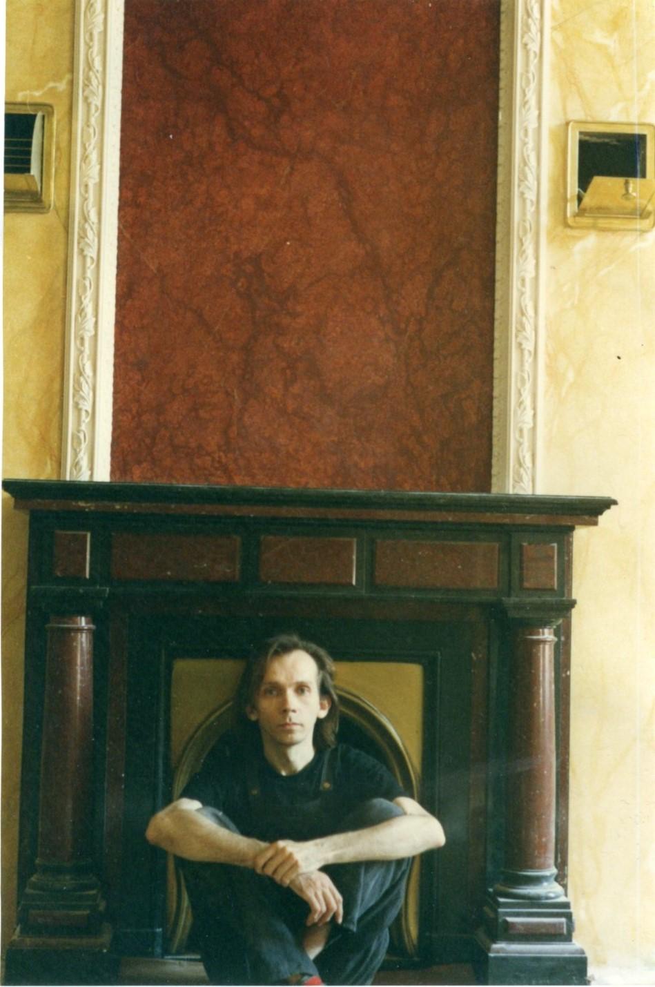 На фото - Ю. Сычёв во время работы над интерьером кабинета патриарха Алекия в Чистом переулке, в московской резиденции патриарха, в здании Священного синода. 1997 год.