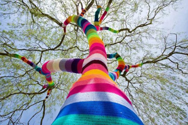 Magda_Sayeg_Yarn_Bombing_-Knitted_Grafitti_12